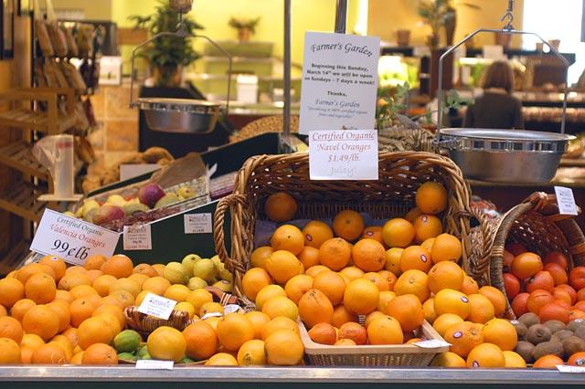 Oranges market © Dennis Mojado